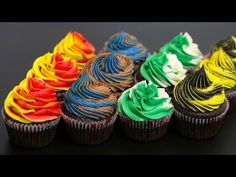 Chocolate cupcakes decorated like the Harry Potter houses: Gryffindor, Sylitherin, Ravenclaw and Hufflepuff! Harry Potter Cupcakes, Harry Potter Torte, Harry Potter Desserts, Cumpleaños Harry Potter, Harry Potter Birthday Cake, Harry Potter Wedding, Harry Potter Houses, Harry Potter Recipes, Harry Birthday