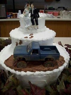 Cute muddin wedding cake except with a jeep lol
