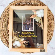 Kado hadiah ulang tahun wisuda unik bunga kering Flower Shadow Box, Flower Box Gift, Flower Frame, Diy Crafts Hacks, Decor Crafts, Diy And Crafts, Handmade Wedding Gifts, Handmade Crafts, Dried And Pressed Flowers