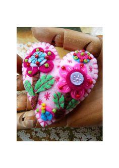 Fleur dans le jardin à la main en feutre - bébé rose  À LA MAIN  Pour certains un spécial  C'est pour une belle et jolie fleur dans la conception de forme coeur inspiré Jardin en feutre, que j'ai utilisé des perles de différentes couleurs pour illuminer la broche que j'ai conçu et fabriqué à la main individuellement.  La broche mesure environ - hauteur de 7,3 par 6,8 cm de diamètre  Tous les articles sont conçus par Betty Shek, aussi bien présentés et finis dans le haut niveau. S'il vous…