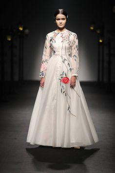Fashion week, fashion week hijab fashion, bollywood fashion, spring f Indian Fashion Trends, Spring Fashion Trends, Trendy Fashion, Fashion Models, Fashion Show, Fashion Brands, Fashion Websites, Woman Fashion, Fashion Fashion