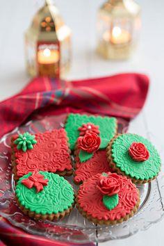 Decoración de galletas con fondant. Fácil y resultó ! : ) Christmas 2014, Christmas Colors, Iced Cookies, Christmas Cookies, Christmas Desserts, Christmas Baking, Xmas Party, Cookie Decorating, Food Art