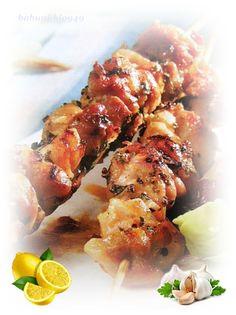 Souvlaki to popularna grecka potrawa, podawana jest jak gyros – czyli na talerzu, albo w placku pita z sosem tzatziki, warzywami itp.