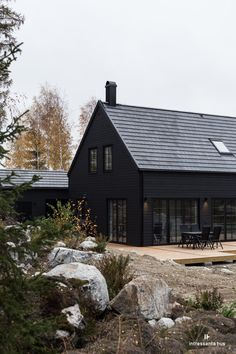 34 Attractive Black House Exterior Design Ideas To Try Asap Modern Wood House, Modern Barn, Modern Farmhouse, Modern Bungalow, Black House Exterior, Exterior Windows, Dark House, House In The Woods, Style At Home