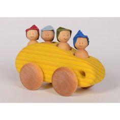 Ce minibus en bois permet à 4 petits passagers d'embarquer pour une promenade. Un jouet simple, de construction solide en bois, qui remplira l'imaginaire de vos enfants. Fabriqué au Québec avec de la teinture à base d'eau non toxique et protégé par l'appl