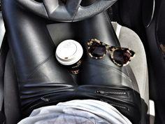 cool attitude in leather legging / legging cuir noir