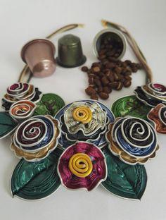 Mooie uitgebreide slabbetje ketting met capsules van nespresso 100% gerecycled, aangevuld met lace garen in contrasterende kleuren. Elk…