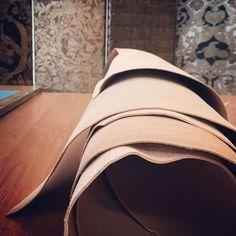 Nowa skóra prosto z Włoch. Testowanie czas zacząć! The fine and renowned Italian leather has finally arrived. We do not know yet whether it meets the requirements... #leather #naturaltannedleather #italianleather #giltleather #kurdyban #interiordesign #interior #luxury
