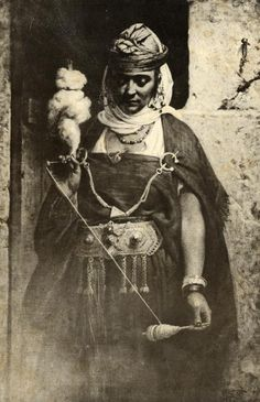 Woman spinning wool, Northwest Africa ca. 1895 [note pair of fibula brooch pins holding the shawl on her shoulders, reminiscent of bronze and iron-age styles of clothing: untailored wraps of woven textiles traditional in biblical lands) Spinning Wool, Hand Spinning, Spinning Wheels, Vintage Photographs, Vintage Photos, Drop Spindle, People Of The World, North Africa, Old Photos