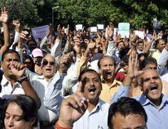 नई दिल्ली- स्कूलों में औचक निरीक्षण के जरिए शिक्षकों को निलंबति कर रहे उप मुख्यमंत्री और शिक्षा मंत्री मनीष सिसोदिया के खिलाफ टीचर्स