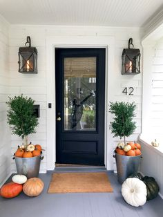 If you are looking for Modern Farmhouse Front Door Entrance Design Ideas, You come to the right place. Below are the Modern Farmhouse F. Fall Outdoor Decor, Fall Home Decor, Farmhouse Front Porches, House With Porch, Entry Way Design, Front Porch Decorating, Fall Front Porch Decor, Halloween Porch, Entrance Design