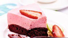 Lime-mansikkajuustokakku koostuu tummasta kakkupohjasta ja kuohkeasta ja raikkaan kirpakasta mansikkamoussetäytteestä.