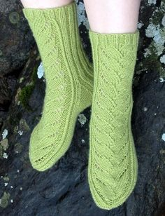 Verso Knit Shoes, Knitting Socks, Hand Warmers, Mittens, Lana, Needlework, Knitting Patterns, Knit Crochet, Slippers