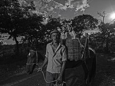 """""""Do Pó da Terra"""", fotografia sobre a história das ceramistas do Vale do Jequitinhonha, em Minas Gerais, Brasil. Chiquinho, da comunidade de Coqueiro Campo.   Fotografia: Maurício Nahas.  http://gshow.globo.com/tv/noticia/2016/09/mauricio-nahas-mostra-imagens-marcantes-de-sua-carreira-no-telao-do-domingao.html"""
