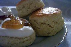 La meilleure recette de Scones à l'anglaise! L'essayer, c'est l'adopter! 4.6/5 (62 votes), 181 Commentaires. Ingrédients: 500g farine T45, 2 cs levure chimique, 1 pincée de sel, 80g sucre, 80g beurre,     20cl lait, 2 oeufs battus