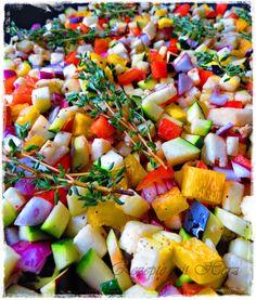 Ihr benötigt: 2 rote Paprikaschoten 2 gelbe Paprikaschoten 2 Zucchini 2 Auberginen 3 rote Zwiebeln Olivenöl Salz und Pfeffer Piment d'Espelette 1 Dose stückige Tomaten (800 g) 1 EL Ajvar, …