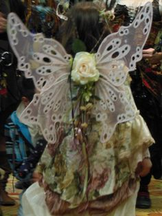 Making your own fairy wings is easy, no sewing required!  Learn how to make faerie wings quickly and without having to spend a lot by using paper, cardboard or fancy cellophane.