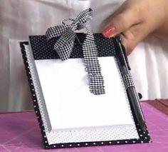Prancheta Materiais: - Bloco de notas - Papel Holler - Papel cartão - Tecido 100% algodão com estampa - Cola branca - Pi...