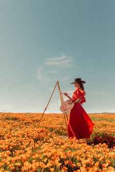 A girl painting in a long flowy Red dress creative photos for spring Painter Photography, Girl Photography Poses, Artistic Photography, Creative Photography, Foto Portrait, Photoshoot Concept, Artsy Photos, Painting Of Girl, Foto Instagram