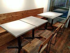 鎌倉のカフェの内装にモールテックスを施工しました。 コンクリート近似色のBM68にて仕上げたテーブルとカウンターです。 他の業者さんがコンクリートの天板と思い、二人で持ったら驚くほど軽かった、と言っていました。 中身が木 … 続きを読む 鎌倉のカフェでモールテックス → Drafting Desk, Conference Room, Table, Furniture, Home Decor, Decoration Home, Room Decor, Tables, Home Furnishings