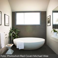 Runde freistehende Badewanne mit freistehenden Armaturen