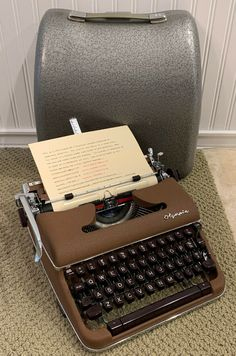 VTG 1959 Olympia Signature S Brown Portable Typewriter w/ Streamlined Case Modern Typewriter, Antique Typewriter, Portable Typewriter, Best Build, Vintage Typewriters, Cool Technology, Rustic Design, Vintage Antiques, Computers
