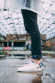 La paire de baskets de chez Wibes c'est l'éco-responsabilité. Du cuir d'agneau tanné végétal pour la doublure et la semelle intérieure et un cousue en gomme à 40% recyclés pour la semelle extérieure. Sur l'arrière de la paire on découvre des motifs et des couleurs qui rappellent et rendent hommage à la ville de Porto d'où son nom : la paire Porto.  #sneakers #sneakersaddict #baskets #mensneakers #whitesneakers #sneakershead #mensfashion #menswear #menswearing #fashionblogger #sneakersmen