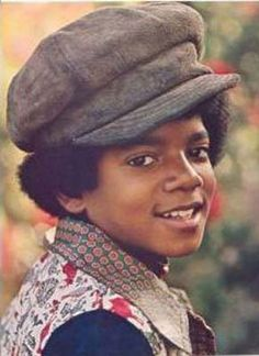 Michael Jackson grew up in Gary, Indiana., the seventh of nine children. While his mother, Katherine Jackson instilled a love of God. Young Michael Jackson, Michael Jackson Fotos, Jackson Family, Jackson 5, Jackson Music, Michael S, The Jacksons, Beautiful Person, Beautiful Men