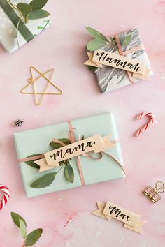 DIY Geschenkanhänger aus Balsaholz mit Namen Diy Origami, Diy Gifts For Friends, Gifts For Kids, Merry Little Christmas, Christmas Diy, Gift Wrapping Tutorial, Wrapping Ideas, Diy Fimo, Homemade Christmas Decorations