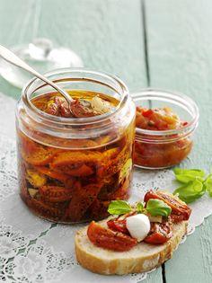 Uunikuivatuista tomaateista on moneksi! Ne sopivat täydellisesti pasta- ja perunasalaatteihin sekä pizzan ja piirakoiden täytteeksi. Katso #resepti ja kokeile: http://www.dansukker.fi/fi/resepteja/uunikuivatut-tomaatit.aspx?utm_source=facebook&utm_medium=nosto&utm_campaign=fb-IhanItseTehty-Pinterest #illanistujaiset