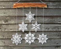 Questa decorazione vacanza è fatta di legno di ciliegio e 6 bianchi fiocchi di neve alluncinetto. Ogni singolo pezzo di questa decorazione è fatto con amore da noi e 100% fatto a mano. Fiocchi di neve sono attentamente a forma e inamidati e viene imballato bene e in modo sicuro.  Decorare la vostra casa con questa decorazione a mano calda accogliente - si può appendere su una parete, finestra, può essere parte della decorazione di grande vivaio ed elemento interno caldo. Vi auguriamo…