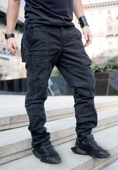 Дизайнерские джинсы с необычным кроем Мужское  Дизайнерские джинсы с необычным кроем  Джинсы из эластичной хлопковой  ткани. За счёт сложного кроя и запаса длинны штанины джинсы идеально сидеть на любой фигуре.  Материал: 93% хлопок 7% спандекс
