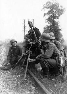 https://flic.kr/p/o6NZDb | 8 cm Granatwerfer 34 (8 cm Gr.W. 34) | Installés le long d'une voie de chemin de fer, un mortier de 80 mm appuie l'assaut de soldats Allemands.