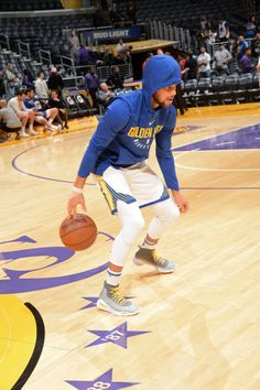 Stephen Curry of the Golden State Warriors warms up before the game against the Los Angeles Lakers on November 29 2017 at STAPLES Center in Los. Stephen Curry Basketball, Nba Stephen Curry, Golden State Basketball, Nba Basketball, Stephen Curry Wallpaper, Wardell Stephen Curry, Stephen Curry Pictures, Golden State Warriors Pictures, Nfl 49ers