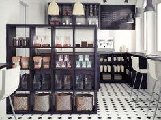 Küche modern gestalten - Regalsystem bietet Stauraum