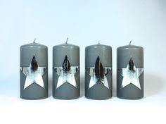 Tolle Weihnachtskerze für den Adventskranz mit silbernen Sternen http://www.bastelsepp.de/Kerzen/Weihnachtskerzen/Adventskerzen-4er-Set-Graue-Kerzen-mit-Sternen-in-Hochglanz-Silber---Nr-130---Weihnachtskerzen.html #Weihnachtskerze #Weihnachtskerzen #Adventskerzen #Kerzen #Adventskranz #Bastelsepp #Couchmagazin #DaWanda