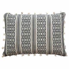 Mit diesem wunderschönen Kissen von A.U Maison verwandelst Du Dein Sofa in eine stilvolle Kuschelecke. Aus 100% Baumwolle gefertigt ist das hübsche Kissen besonders weich und lädt zum Entspannen ein. Aufgrund der süßen Fransen an allen vier Seiten und dem tollen schwarz-weiß Muster holst Du Dir außerdem ein echtes Highlight in Dein Wohnzimmer.