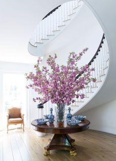 The Multitalented Carolyne Roehm on Her Deepening Love of Interiors, Fashion and Florals – Decorating Foyer Entryway Decor, Entryway Tables, Round Entry Table, Vases Decor, Table Decorations, Crystal Vase, Foyer Decorating, Floral Arrangements, House Design