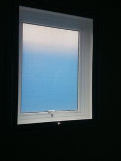 janelas de aluminio branco Para o banheiro uma janela em alumínio branco do tipo Maxim-Ar abrindo para o lado externo e com tela mosquiteiro abrindo para o lado interno.   Em alumínio Branco.  Um produto da Ferpal Esquadrias realizado apto em condomínio localizado em São Lourenço/São Paulo/SP