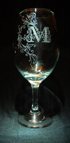 Wine Glass Engraving di GlassCrave su Etsy Etched Wine Glasses, Decorated Wine Glasses, Wood Glass, Glass Art, Dremel Projects, Glass Engraving, Wedding Glasses, Glass Etching, Bottle Crafts
