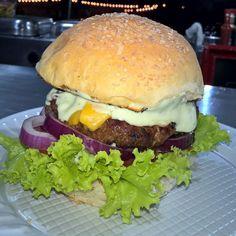 Sexta feira chegoooou \o/ e quem vem com ela é o nosso delicioso Gojira burger ! Venham experimentar  grelhado na brasa e com molho especial ! #foodtrailer #churrasco #hamburguer #hamburger #gojira #instafood #streetfood #burger #grill #foodporn by josephchaveiro