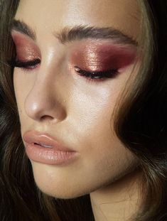 Eye makeup can enhance your beauty and make you look incredible. Learn how to begin using makeup so that you are able to show off your eyes and impress. Discover the most beneficial tips for applying make-up to your eyes. Coral Makeup, Glam Makeup, Makeup Art, Beauty Makeup, Hair Makeup, Makeup Eyeshadow, Metallic Makeup, Metallic Eyeshadow, Beauty Tips