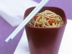 Japanische Buchweizennudeln mit Paprikawürfeln ist ein Rezept mit frischen Zutaten aus der Kategorie Gewürze. Probieren Sie dieses und weitere Rezepte von EAT SMARTER!