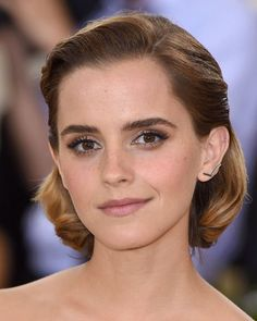 Emma Watson's brown hair to close out 2016 is the perfect winter hair color inspiration. Which Hair Colour Is Best, Cool Hair Color, Smoky Eye, Bob With Bangs, Hair Styles 2016, Emma Watson, Hairdresser, Color Inspiration, Her Hair