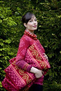 Decken sowie Accessoires der norwegischen Marke OLEANA, vertreten in Bayern und Nordtirol durch Sandra Lackner Modeagentur.