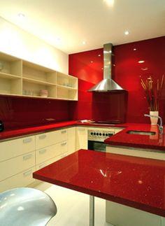 Cozinha com bancada de silestone vermelha