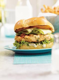 Salmon Burgers Looking for the perfect summertime recipe? No barbecue should do without these delicious salmon burgers! Fish Recipes, Seafood Recipes, Cooking Recipes, Healthy Salmon Burgers, Salmon Patties Recipe, Fish Burger, Ricardo Recipe, Tabasco, Fish Dishes