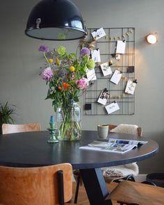 binnenkijken bij huizemus #interieurinspiratie #homedeconl Sweet Home, Table Settings, Dining Room, Colours, Table Decorations, Interior Design, Bedroom, Modern, House