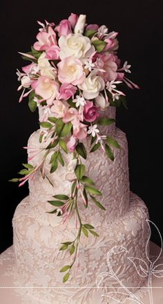 gâteau de marriage rose avec bouquet de fleurs / pink wedding cake with flower bouquet