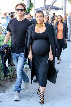 Qui a dit que les robes moulantes étaient prohibées lorsque l'on est enceinte ?